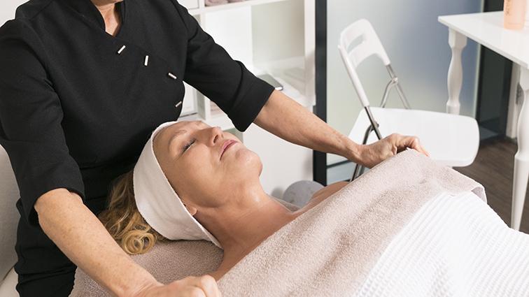 relaxing schoonheidsspecialiste behandeling in de schoonheidsspecialiste praktijk en beautysalon Beauty Betty Delft