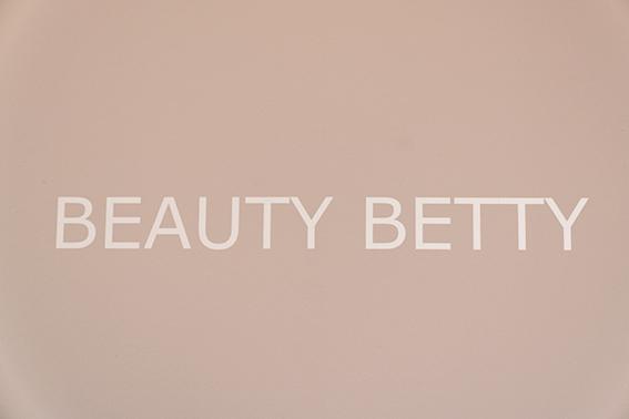 Schoonheidsspecialiste schoonheidssalon Delft Beauty Betty beeldmerk beige