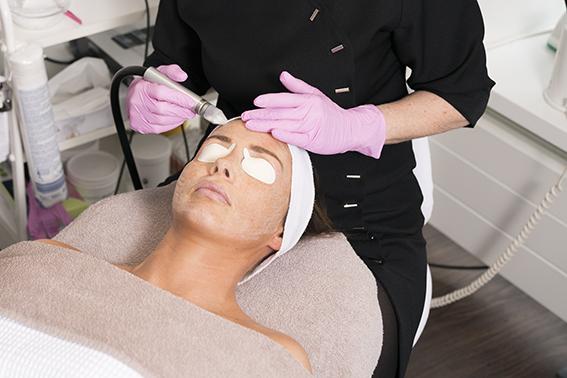 schoonheidsspecialiste behandeling anti aging in de schoonheidsspecialiste praktijk en beautysalon Beauty Betty Delft