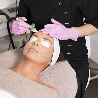 schoonheidsspecialiste behandeling voorhoofd in de schoonheidsspecialiste praktijk en beautysalon Beauty Betty Delft