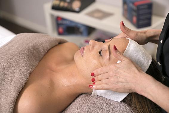 Fijne schoonheidsspecialiste behandeling in de schoonheidsspecialiste praktijk en beautysalon Beauty Betty Delft
